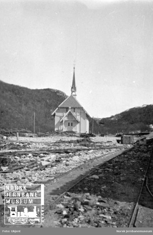 Kapellet ved Rønvik asyl (senere Nordland psykiatriske sykehus) med spor i forgrunnen