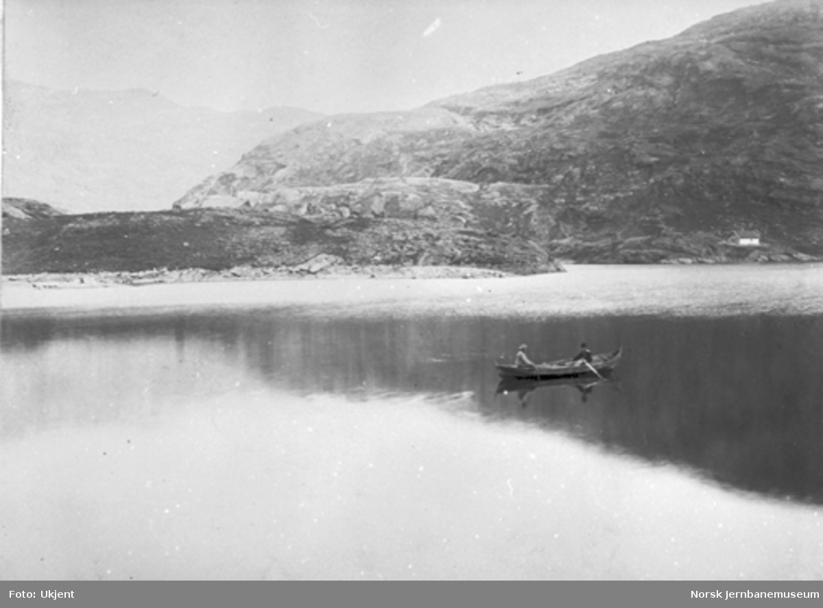 Bergensbanens anlegg; parti fra Klevevatnet med to personer i robåt