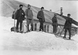 Bergensbanens anlegg; fem menn på ski foran ingeniørboligen