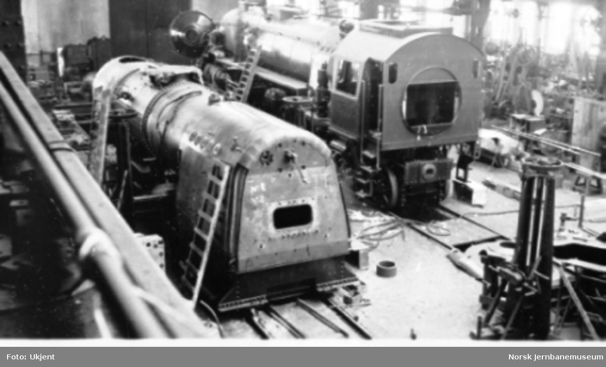 """Damplokomotiv type 49a """"Dovregubben"""" under bygging; ett nesten ferdig lok og en kjele"""