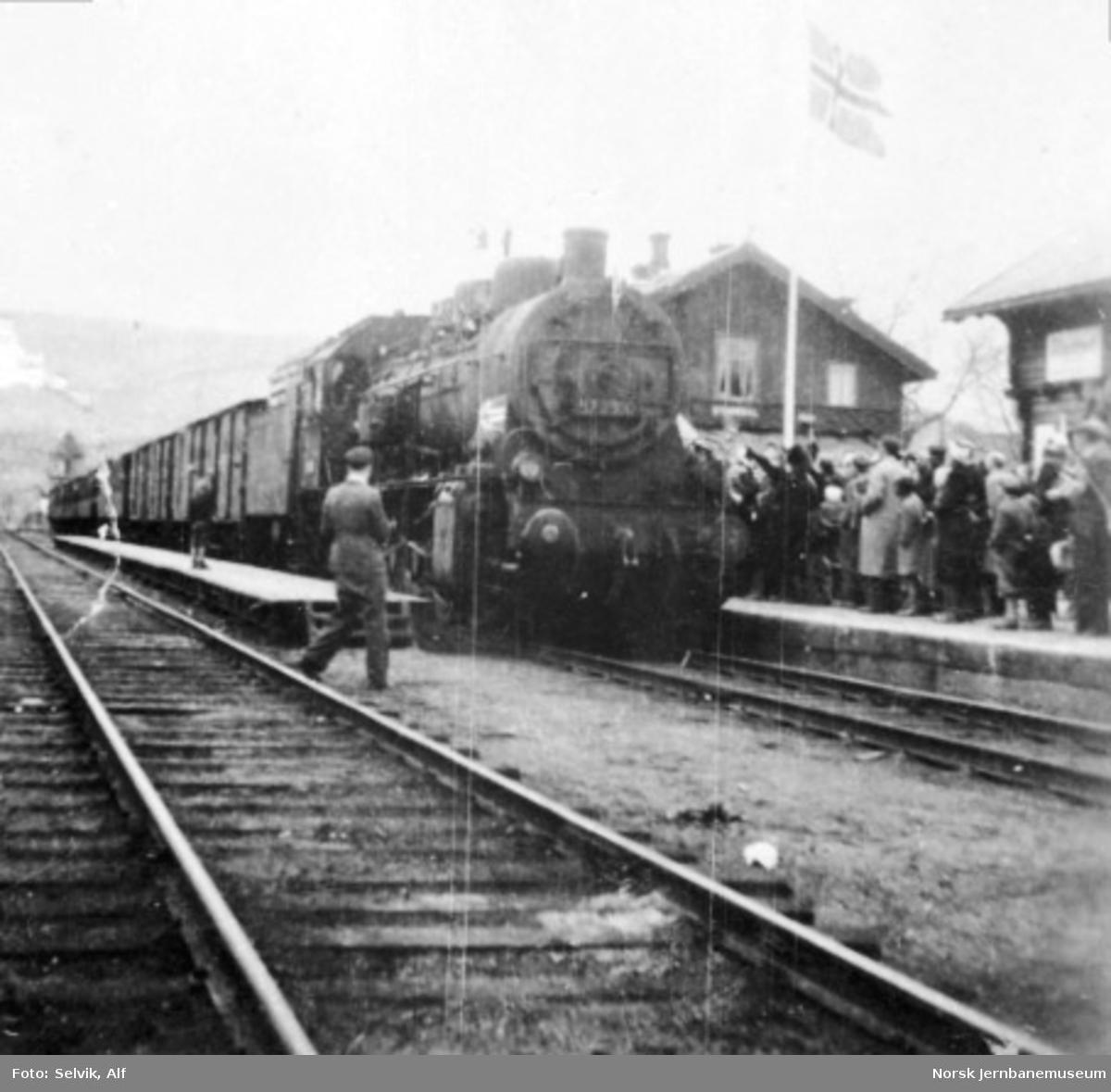 Persontog med norsk krigsfanger ankommer Stjørdal stasjon, trukket av damplokomotiv type 61a nr. 2500