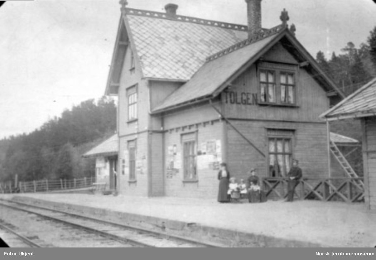 Stasjonsbygningen på Tolga med stasjonsmesterens familie på plattformen