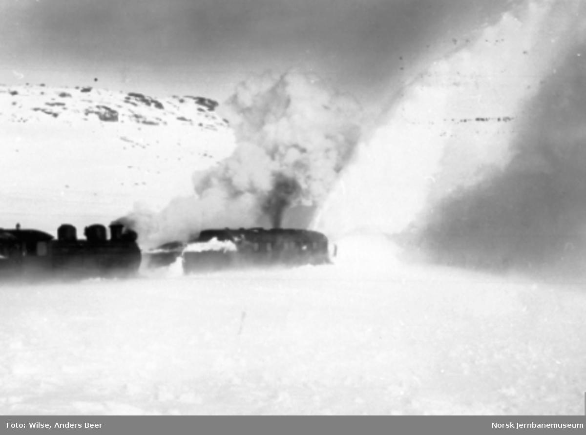 Roterende snøplog nr. 3 skjøvet av damplokomotiv type 22a