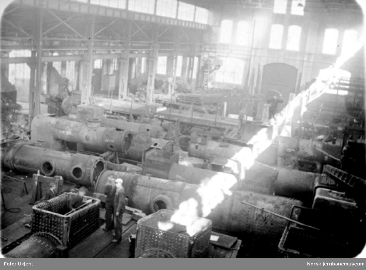 Kjelverkstedets østre ende med mange lokomotivkjeler i 1937