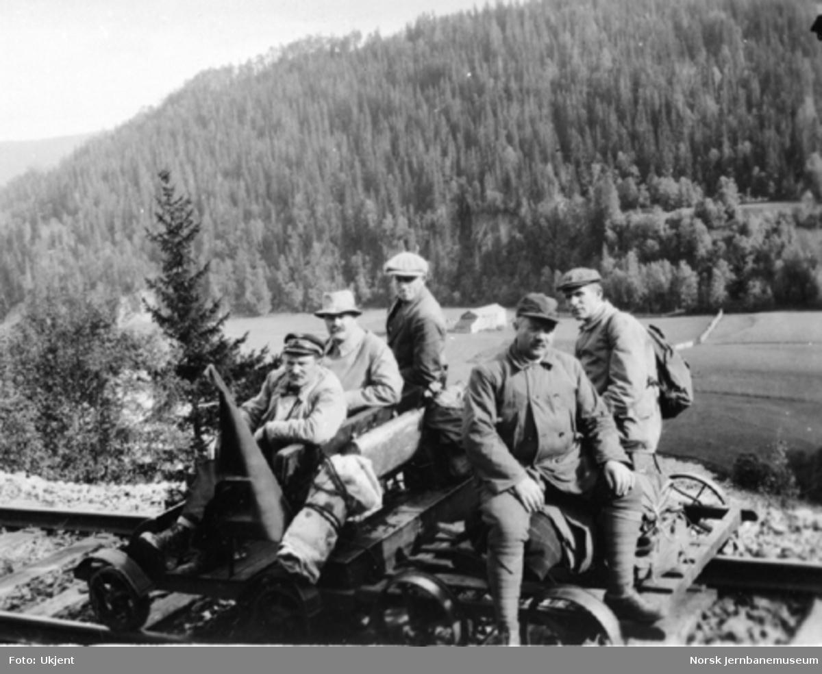 Fem mann på befaring på to håndtraller