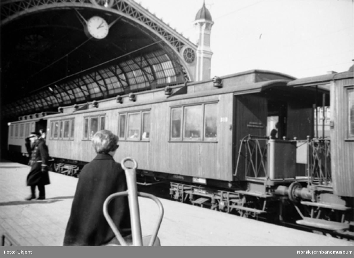 Personvogn litra Co4d nr. 318 i tog på Oslo Ø