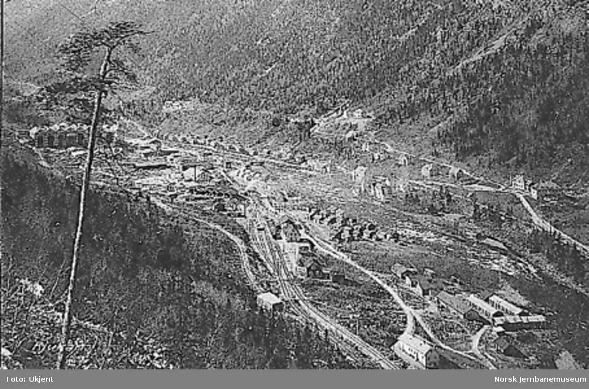 Oversiktsbilde over Rjukan, bl.a. med stasjonsområdet