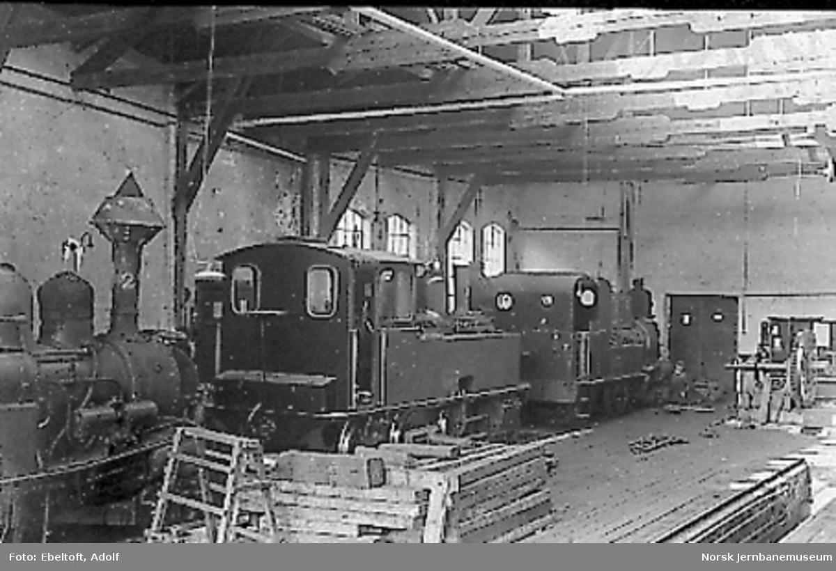 Interiørbilde fra verkstedet i Arendal med damplokomotiver av type IV og XXV