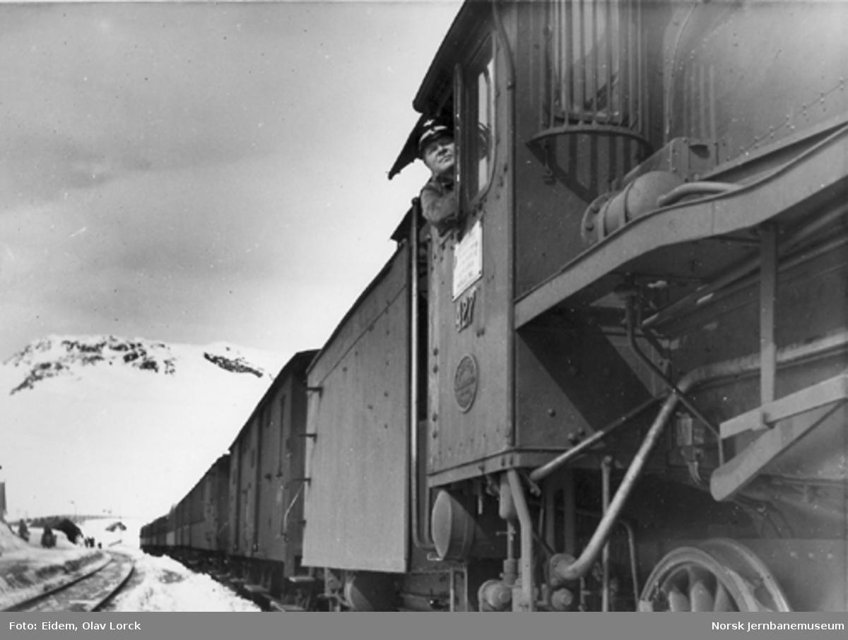 Damplokomotiv type 31b nr. 427 med persontog; lokomotivføreren i vinduet
