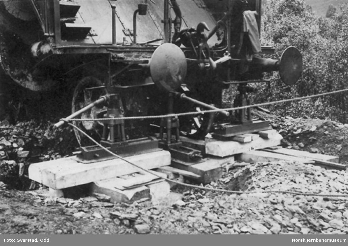 Avsporet nattog 405, trukket av damplokomotiv type 49b nr. 465, mellom Garli og Berkåk : arbeid med påsporing av materiellet