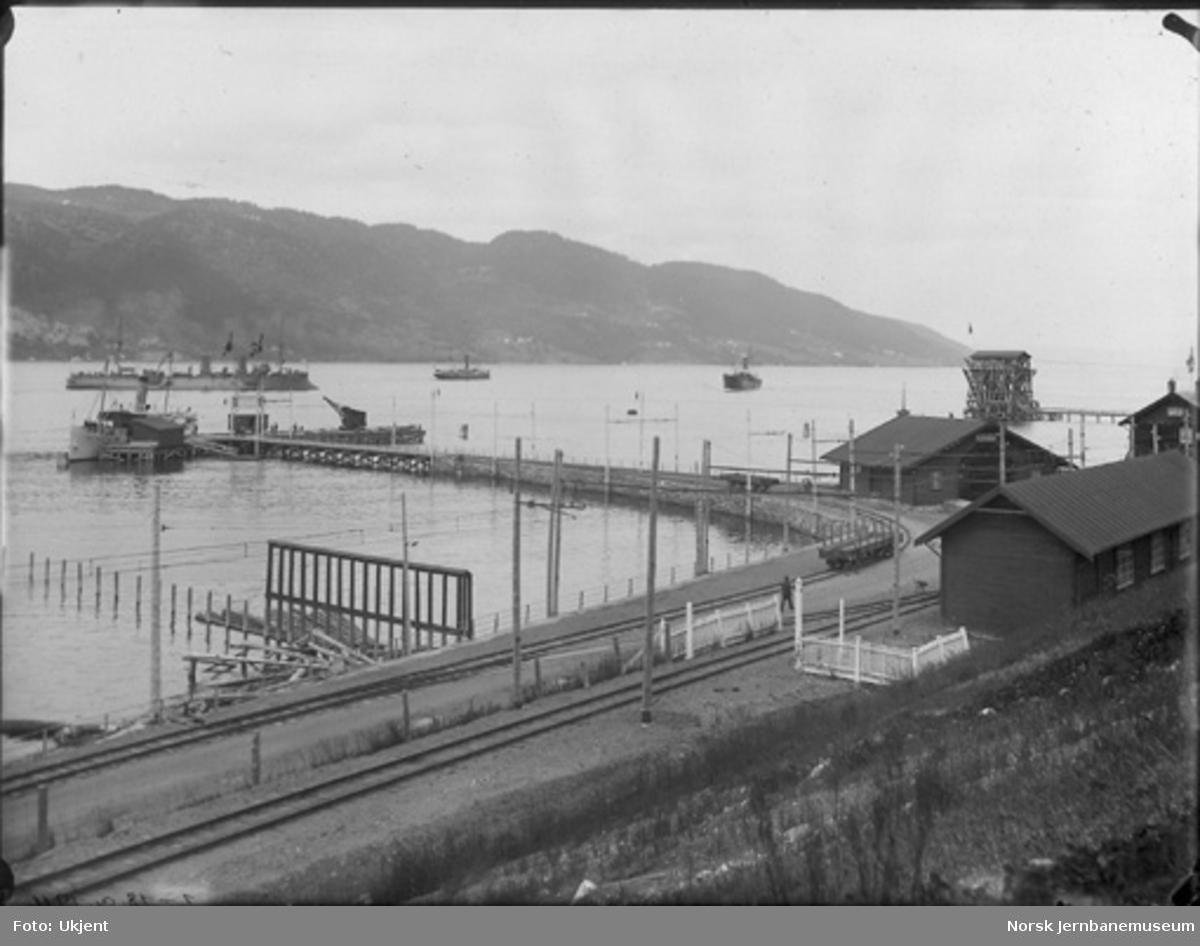 """Thamshavn stasjon med dampskipskaia og D/S """"Orkla""""; på fjorden den franske krysser """"Lavoisier"""" med flere skip"""