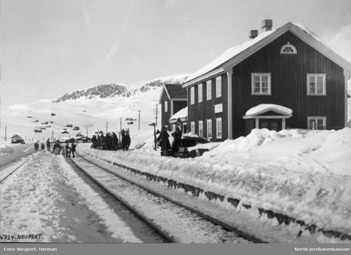 Ustaoset stasjon med reisende vinterstid