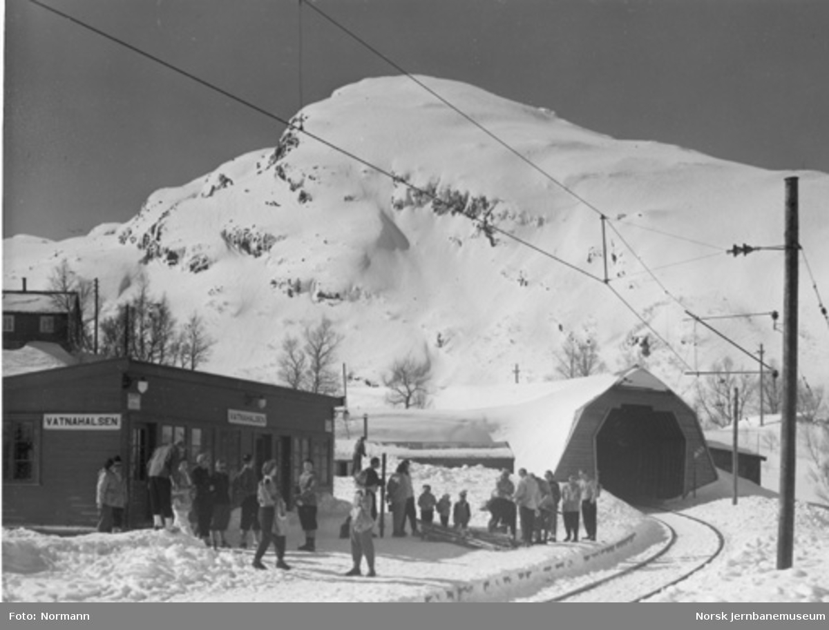 Vatnahalsen holdeplass : vinterbilde med reisende