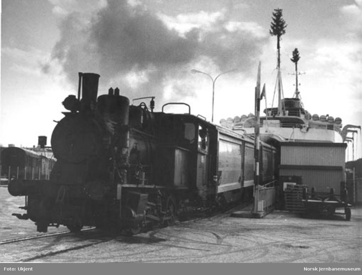 NSB damplokomotiv type 25a nr. 238 i fergeskiftingen i Kristiansand