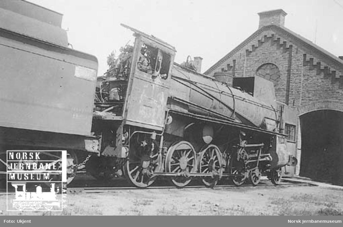 Skadet damplokomotiv type 26c nr. 435 etter krigsoperasjonene; foto foran Rørosbanestallen i Hamar