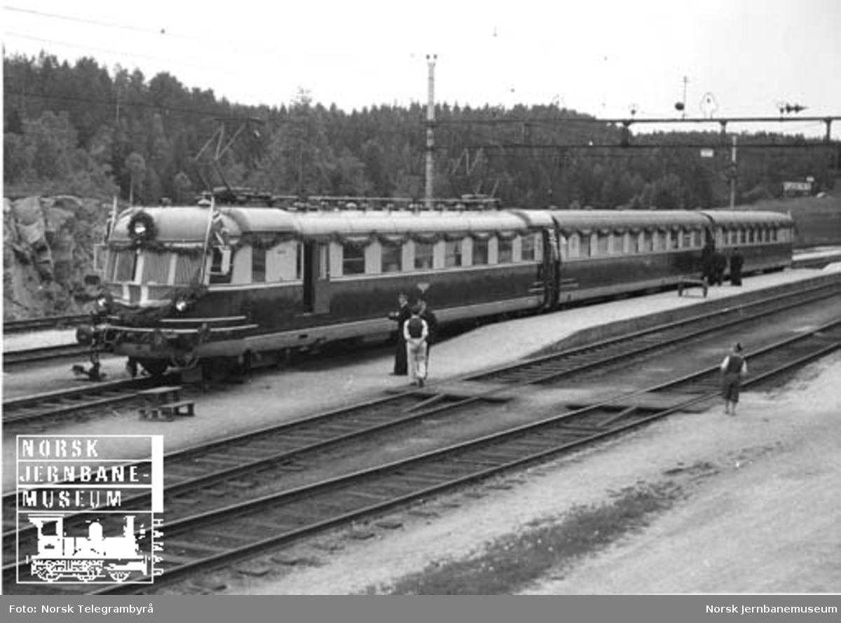 Åpningstoget for elektrisk drift Nelaug-Kristiansand på Neslandsvatn stasjon
