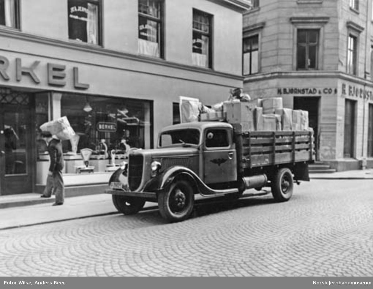 Godsutkjøring i Oslo med NSBs lastebil A-39025
