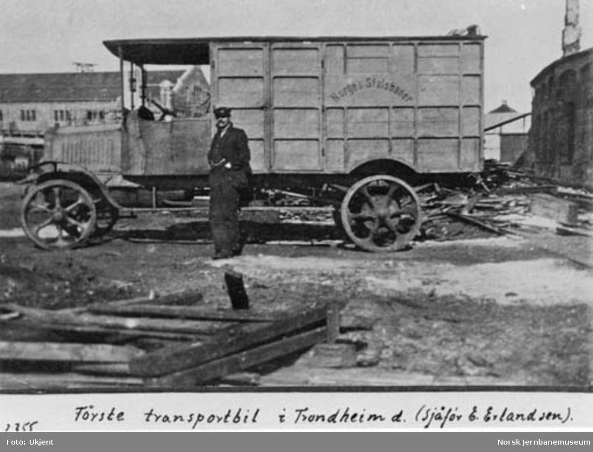 NSBs første transportbil i Trondheim med sjåfør E. Erlandsen, U-679
