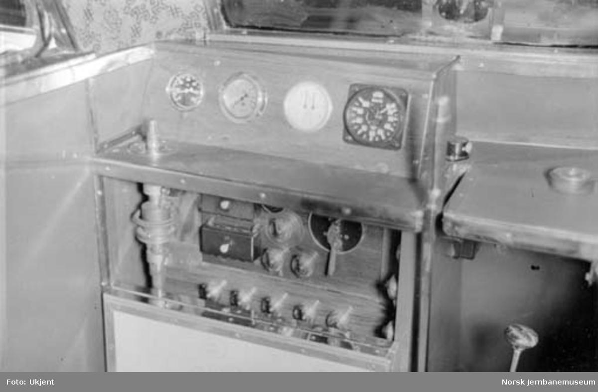 Bensinmotorvogn litra Cmb type 16 under produksjon : førerbordet
