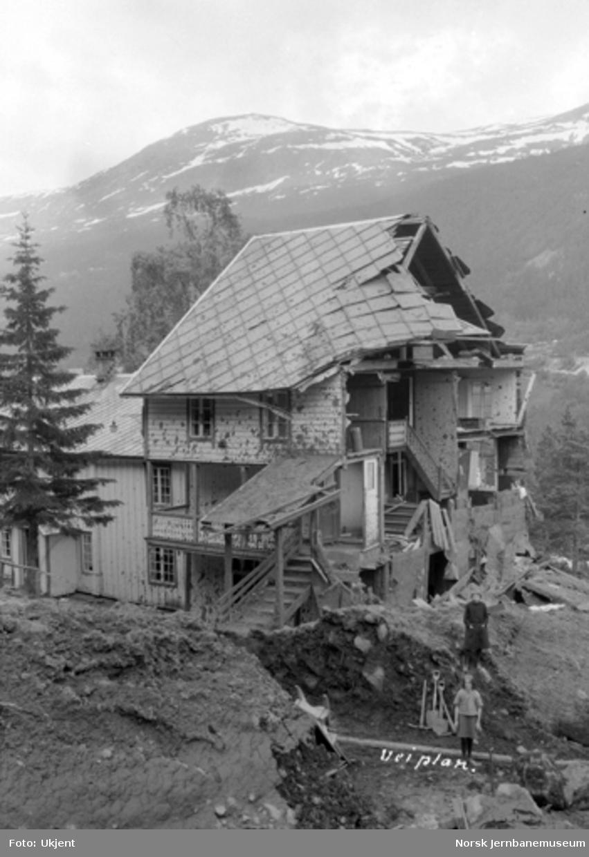 Jordskred ved Verma 9.6.1926 : rasert kontorbygning og banemesterbolig med ødelagt veg i forgrunnen