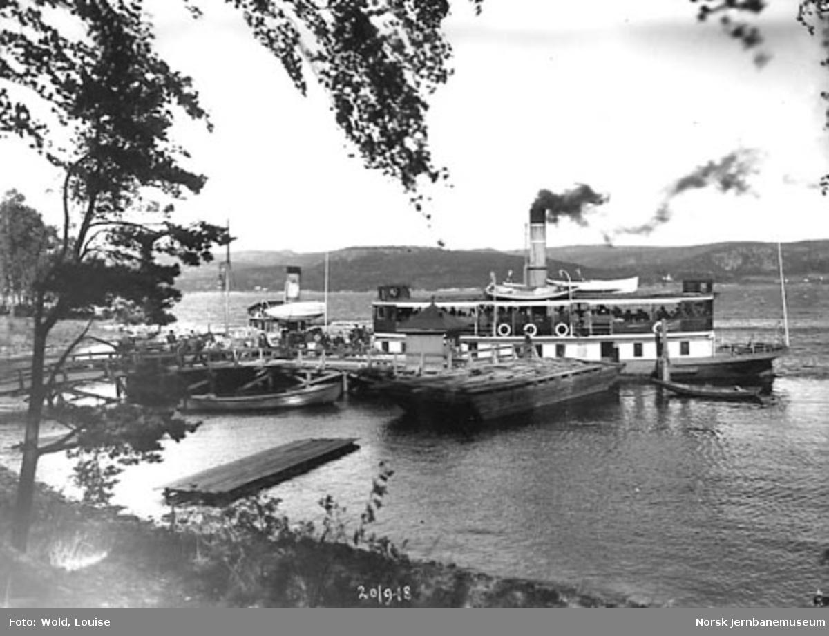Smørstein-raset; dampbåter for de reisende ved bryggen på Smørstein