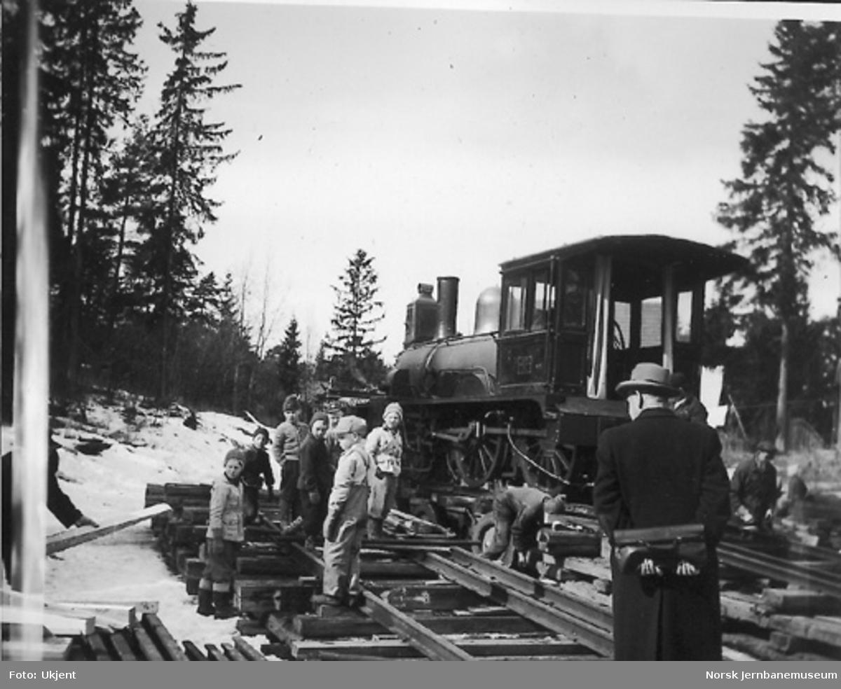 Nytt museum på Martodden : Flekkefjordbanens damplokomotiv nr. 7 under avlasting etter transport