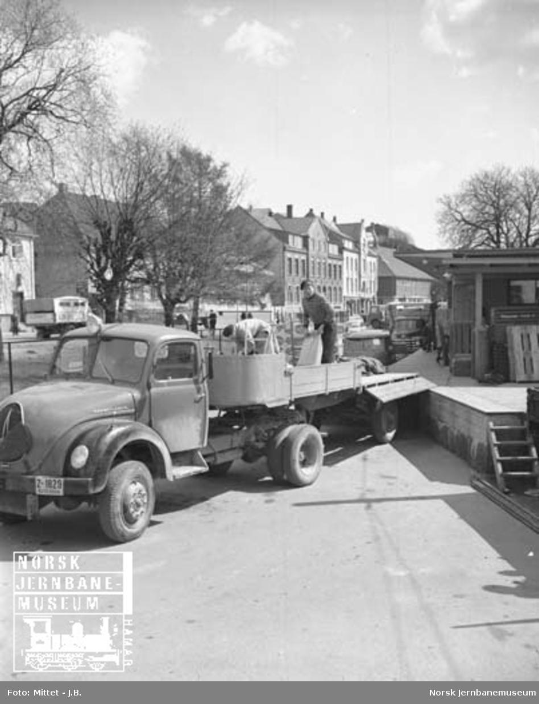 Lågendalsruten : sjåfør Hilmar Sommerstad som laster opp gods på lastebil på Larvik  stasjon