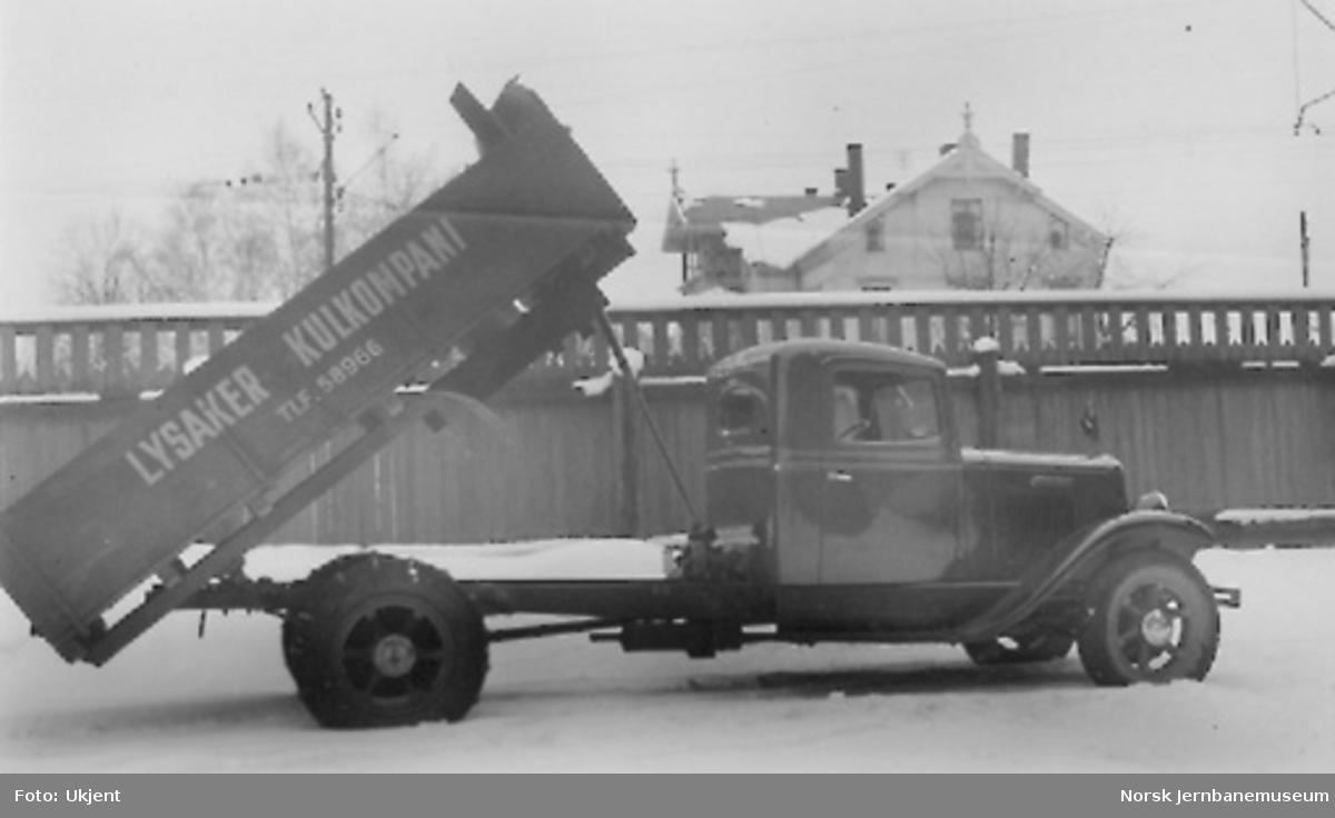 International lastebil til Lysaker Kulkompani, maskintipp med kilerem