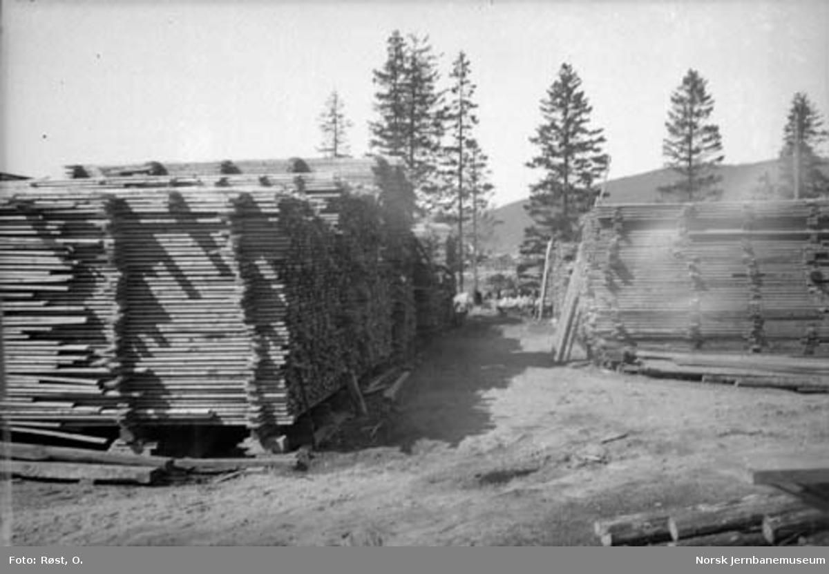 Plankestabler på anleggets lagertomt på Langneset