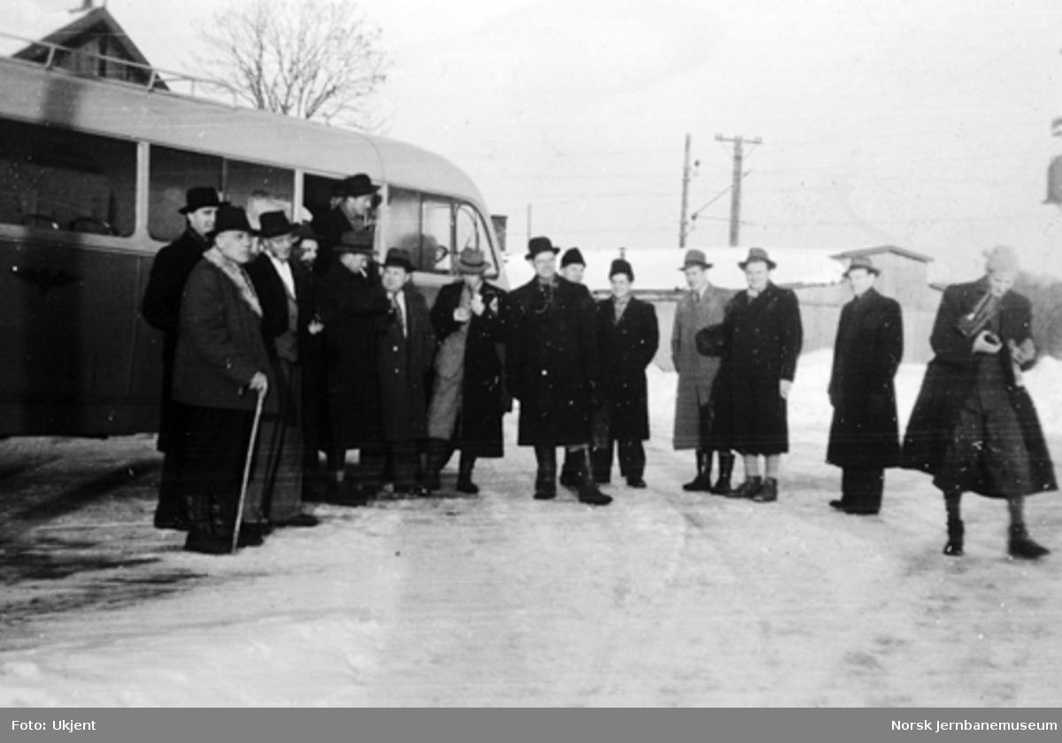 Deltakere på utflukt med NSB-buss
