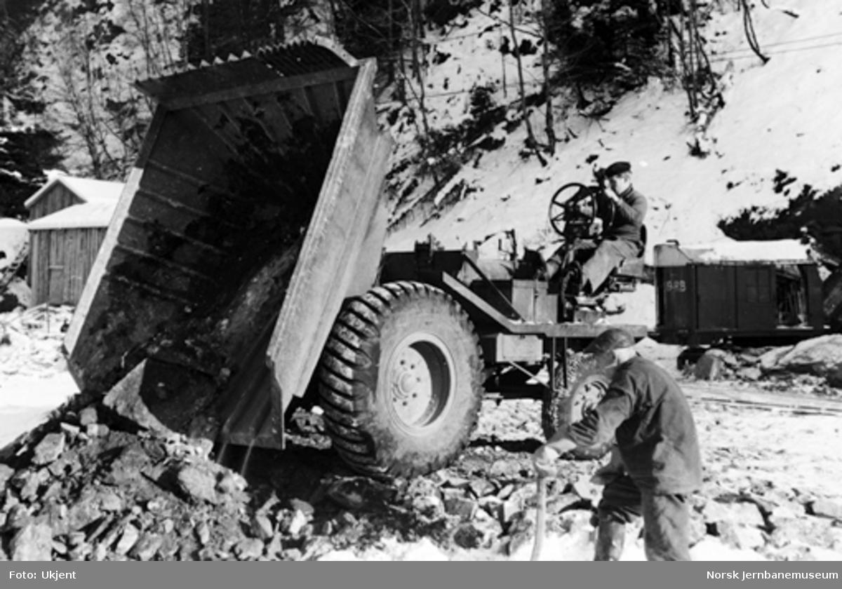 Vossebanens ombygging : Helldal omformerstasjon, gravemaskin og dumper