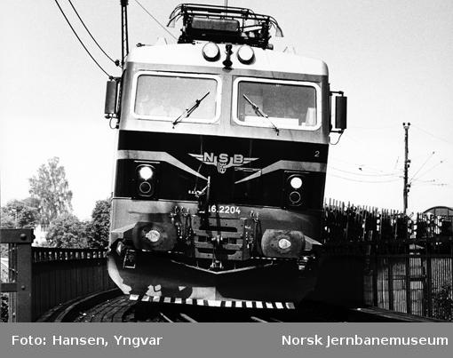 Elektriske lokomotiv El 16 2204 med godstog på brua over Sarpsfossen
