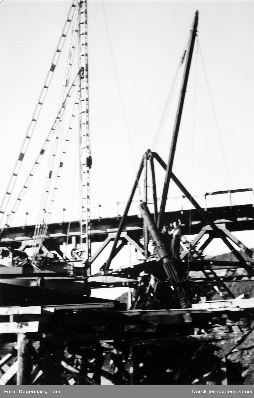 Bru over Tverråga : reising av dieseldrevet Delmay rambukk, montering av storloddet