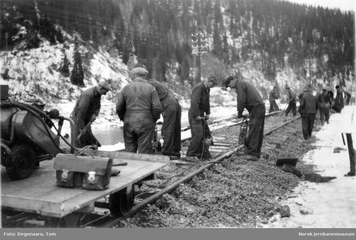 Ilhullia tunnel : pakking av sporet med fire elektriske pakkmaskiner