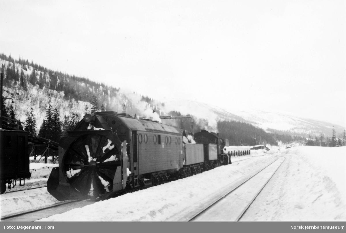 Snøryddingstog med roterende snøplog på Dunderland stasjon