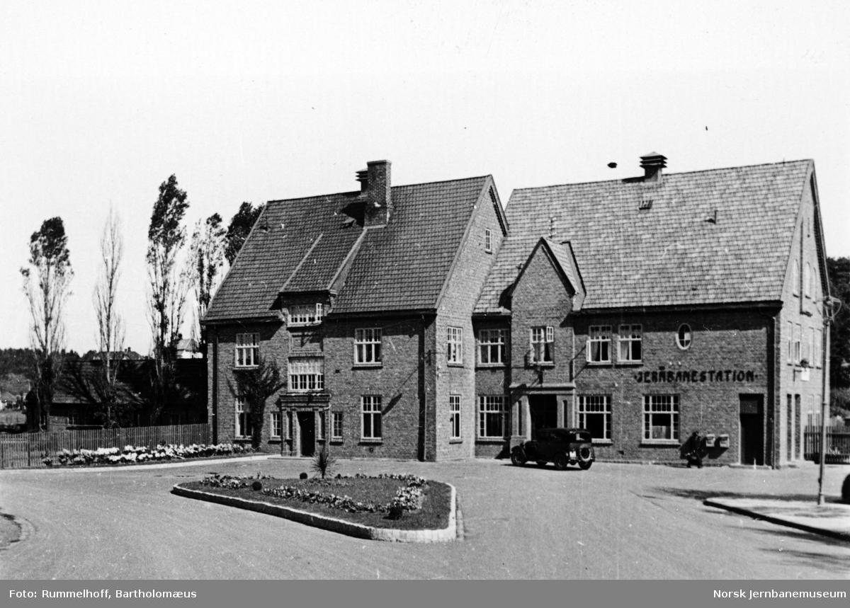 Tønsberg stasjonsbygning fra bysiden med beplantning