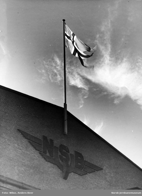 NSB Verkstedet Grorud : NSB-logo og flagg i gavlen