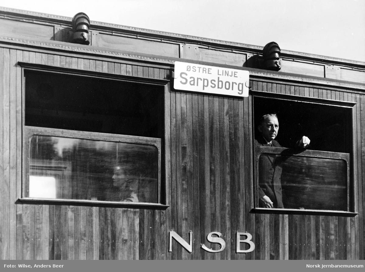 """Personvogn med destinasjonsskilt """"Østre linje / Sarpsborg"""""""