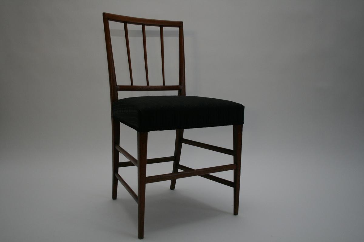 Stol av mahogni med hestehårstrekk. Smale, dreide spiler i ryggen og seks ovale sprosser. Under stolen er det orginale hjørneavstivere og sekundære hjørneklosser. Stolene er ikke signert, men identiske stoler signert Jens Brøtterup (1752-1832) er kjent i Danmark. En av 6 like stoler og tilhørende sofa.