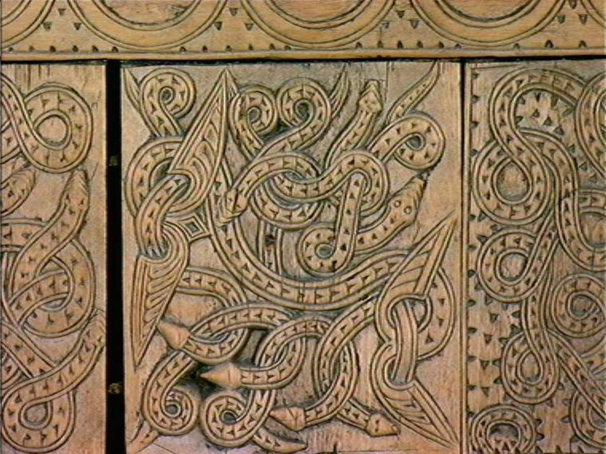 Fire søyler med skåret dyrehode-ornamentikk, sammenføyet med tverrbord og fyllinger. Bunn er åpen foruten to tverrstaver. Hele utsiden er rikt dekorert med utskåret dyr og ranker.