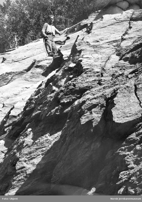 Herman Hansen rensker fjellet ved Kleivtoppen tunnel