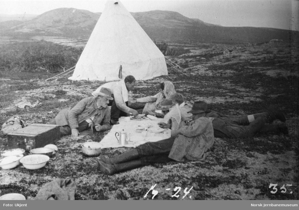 Jernbanestikking i Finnmark : leir på ukjent sted