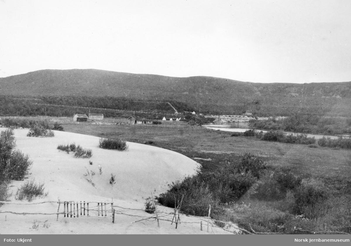 Jernbanestikking i Finnmark : sanddyne ved Máskejohkas utløp med teltleiren i bakgrunnen