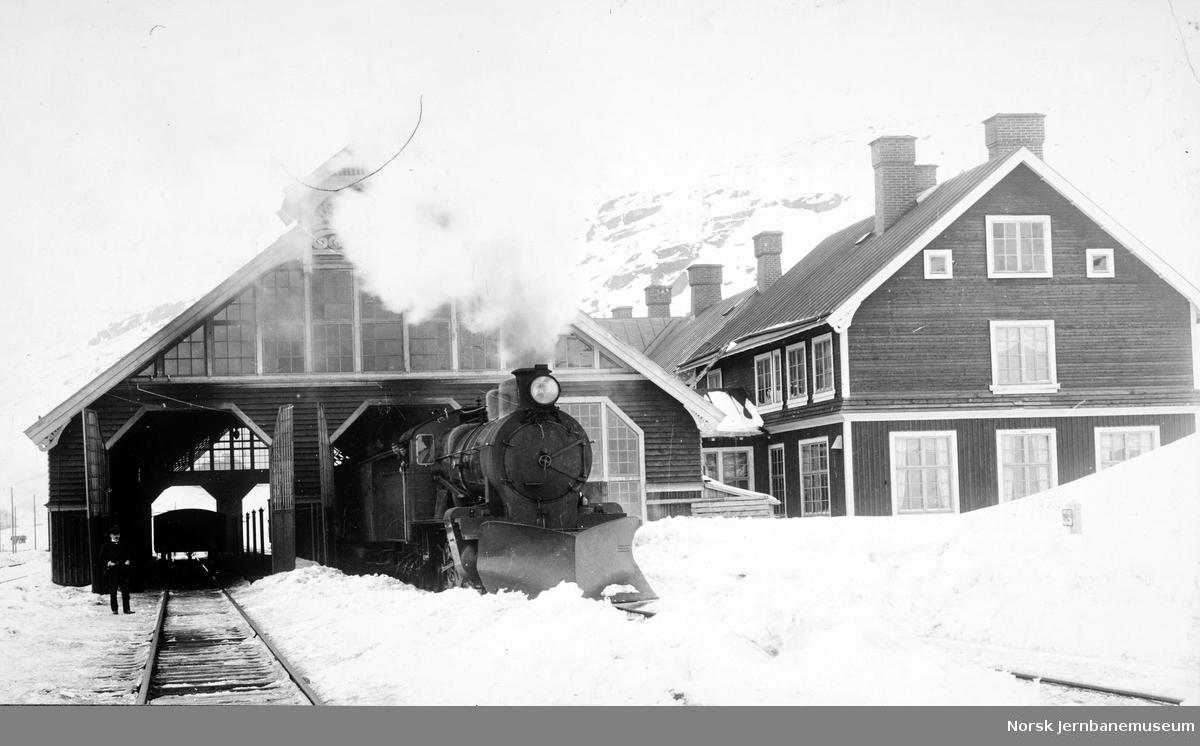 Riksgränsen stasjon med et NSB damplokomotiv type 19a nr. 151 utenfor toghallen