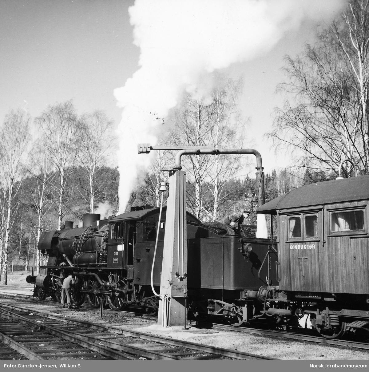 Damplokomotiv type 30b nr. 346 med påsketog 7301 tar vann på Ringebu stasjon