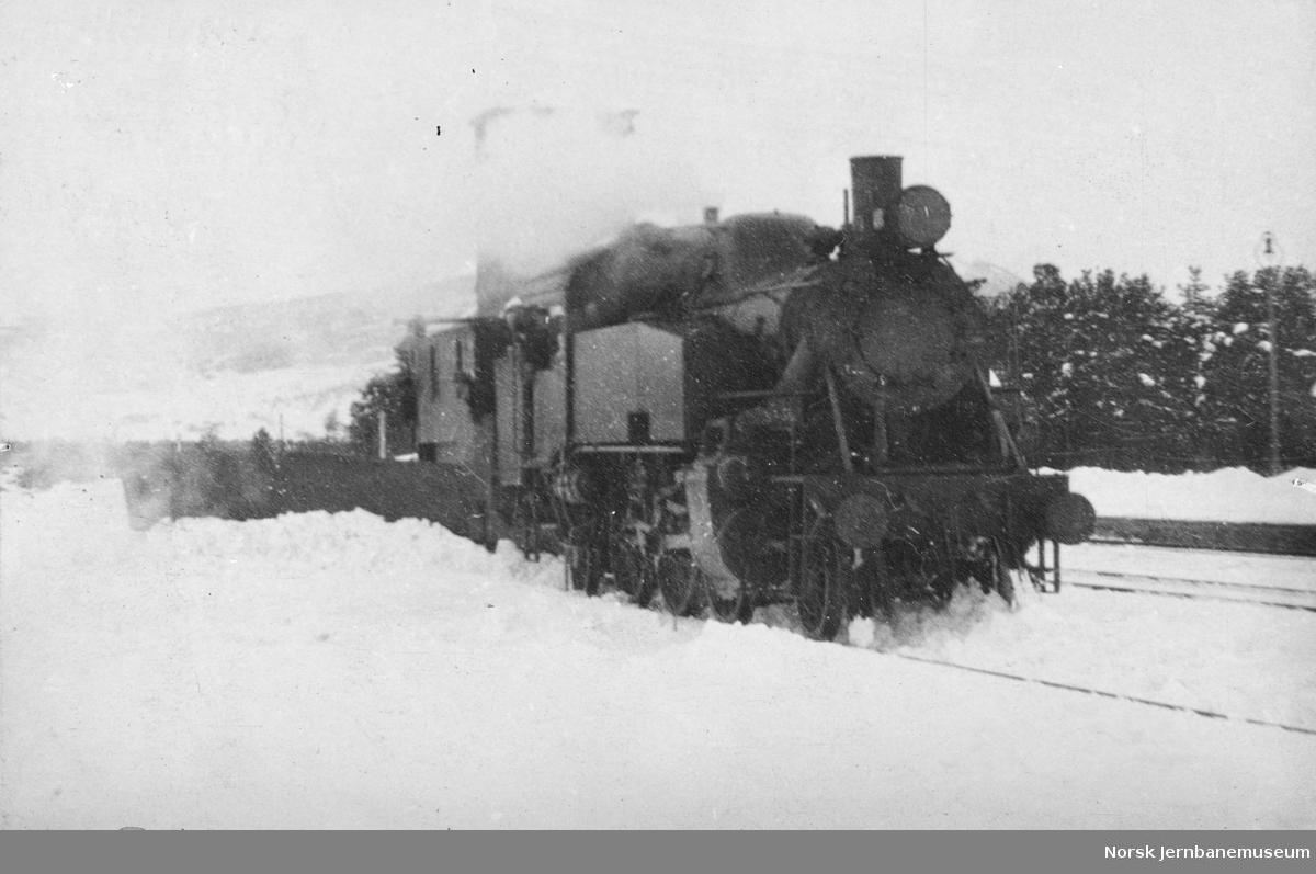 Damplokomotiv type 32b/c med snøryddingstog i Trondheim distrikt
