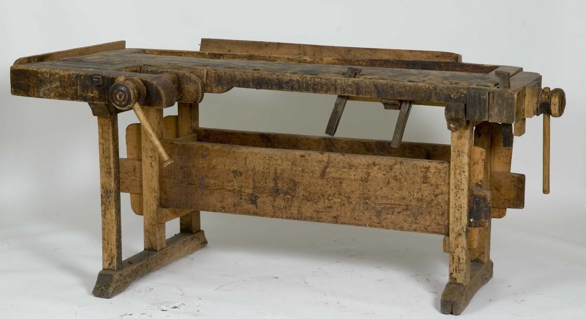 Snekkerbenk med fortang og baktang og tre benkehaker. To labanker utgjør en kasse for verktøy.