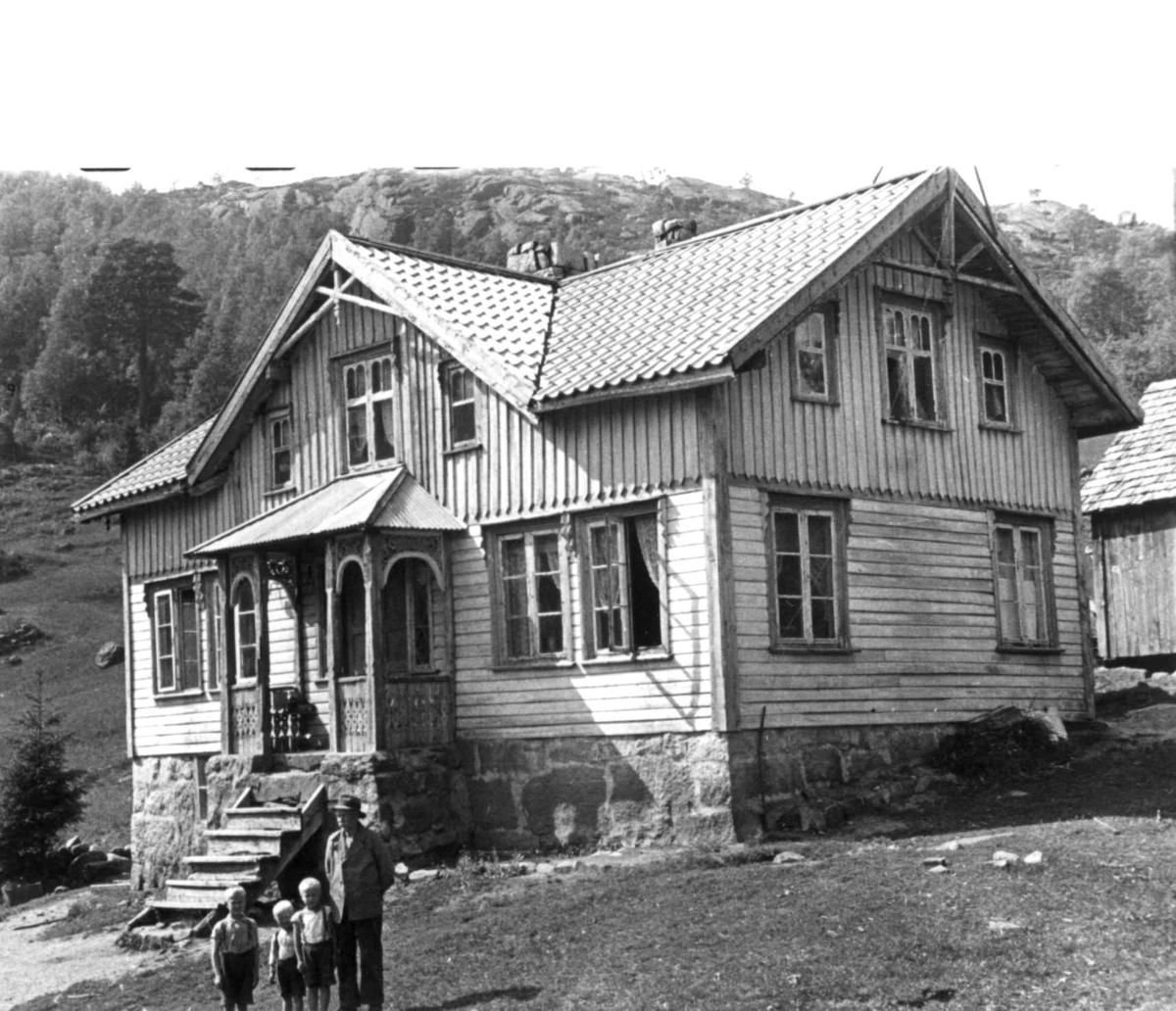 En mann og tre barn foran gannehuset til Eftestøl. Fjotland, Kvinesdal 1941.