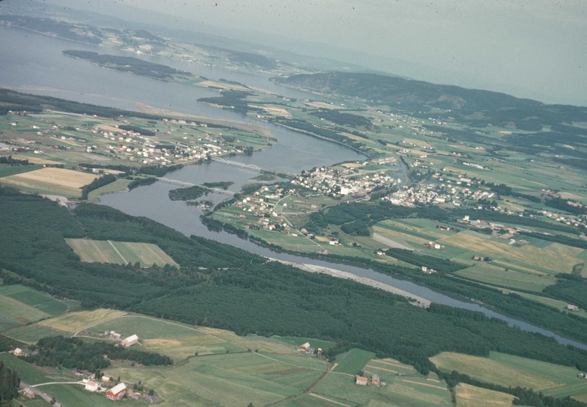 Området Verdalsøyra, antakelig. Elven slynger seg i landskapet. Flyfoto fra Stiklestad.
