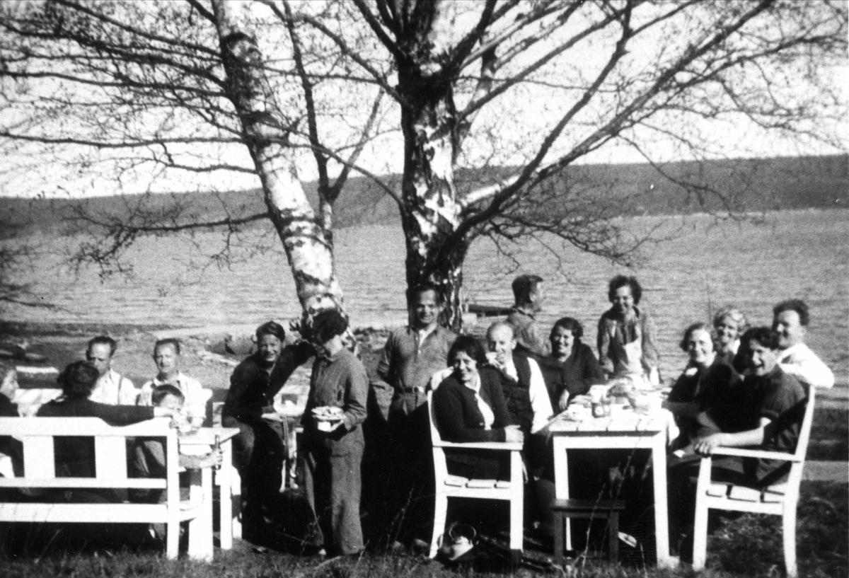 """Kaffe under """"Bjærka"""" på Oslo Godtemplarungdomslags feriehjem Kirkevik, Nesodden, ca 1930-40."""